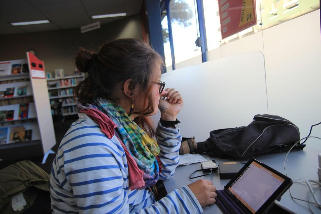 Léa in der Bibliothek.
