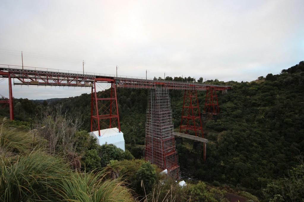 Hier, verehrte Zuschauer, sehen sie eine Brücke.