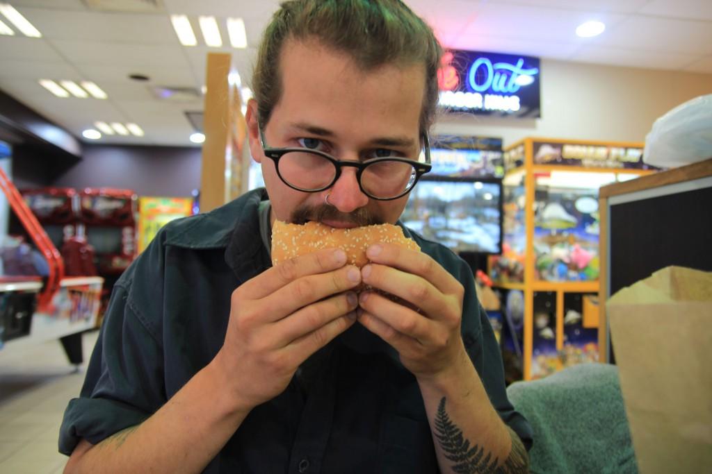 Franz isst einen Burger