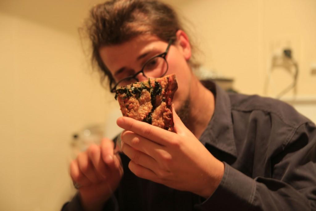 Franz isst Pizza (selbstgemacht)
