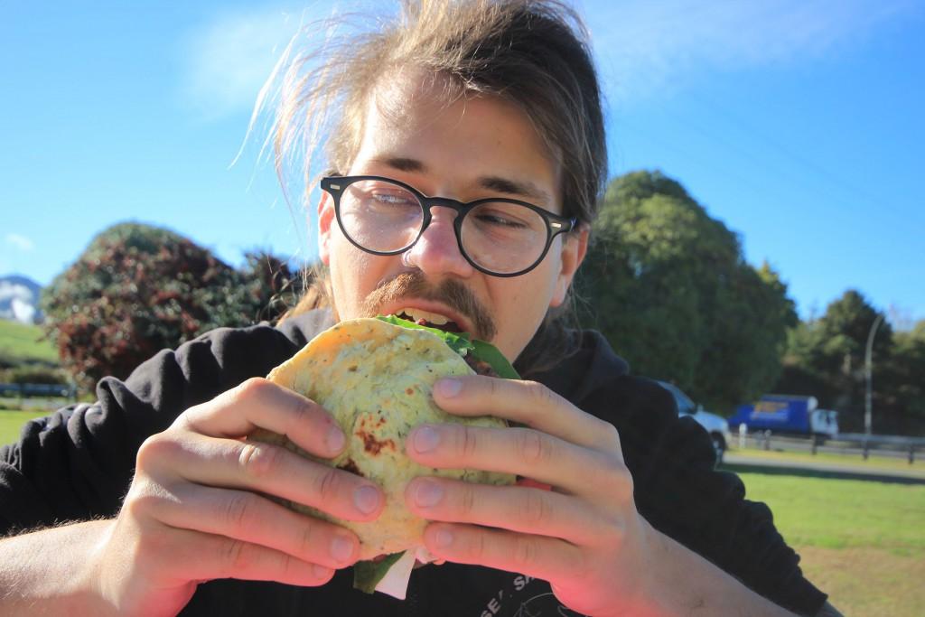 Franz genießt einen Burger (selbstgemacht)