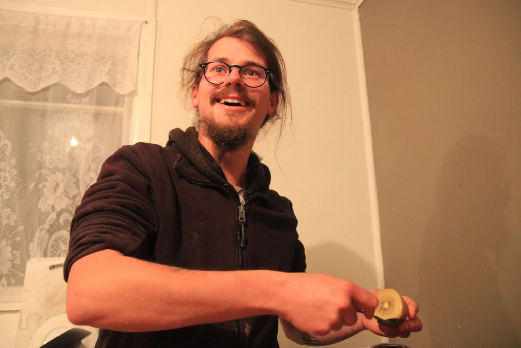 Franz löffelt eine Kiwi (zur Alkoholzubereitung)