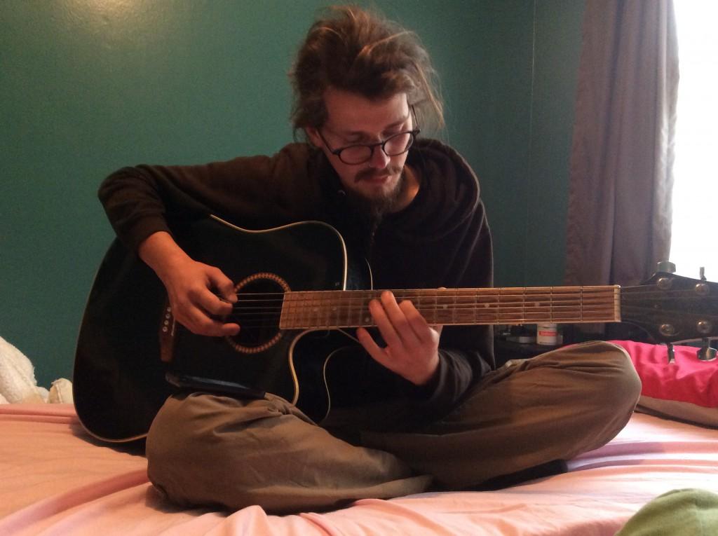 Franz beim Gitarrieren
