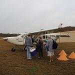 Die Passagiere besteigen den Flieger.