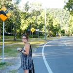 Ein Schild mit einem Koala. Schräg davor: Léa. Daneben Straße. Im Hintergrund Bäume.